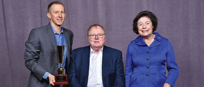 Jay Kalinski, broker/owner of RE/MAX of Boulder, accepts the award for No. 1 Single RE/MAX Office for Highest Total Sales Volume in the U.S. from RE/MAX CEO, Chairman of the Board and Co-Founder Dave Liniger and his wife Gail. (Photo Courtesy: RE/MAX).